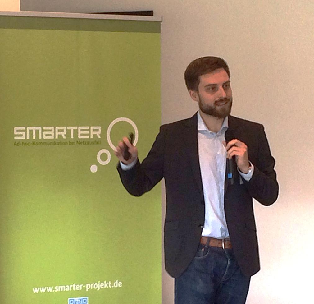 Milan Schmittner (SEEMOO) erläutert die smarter-Technik.