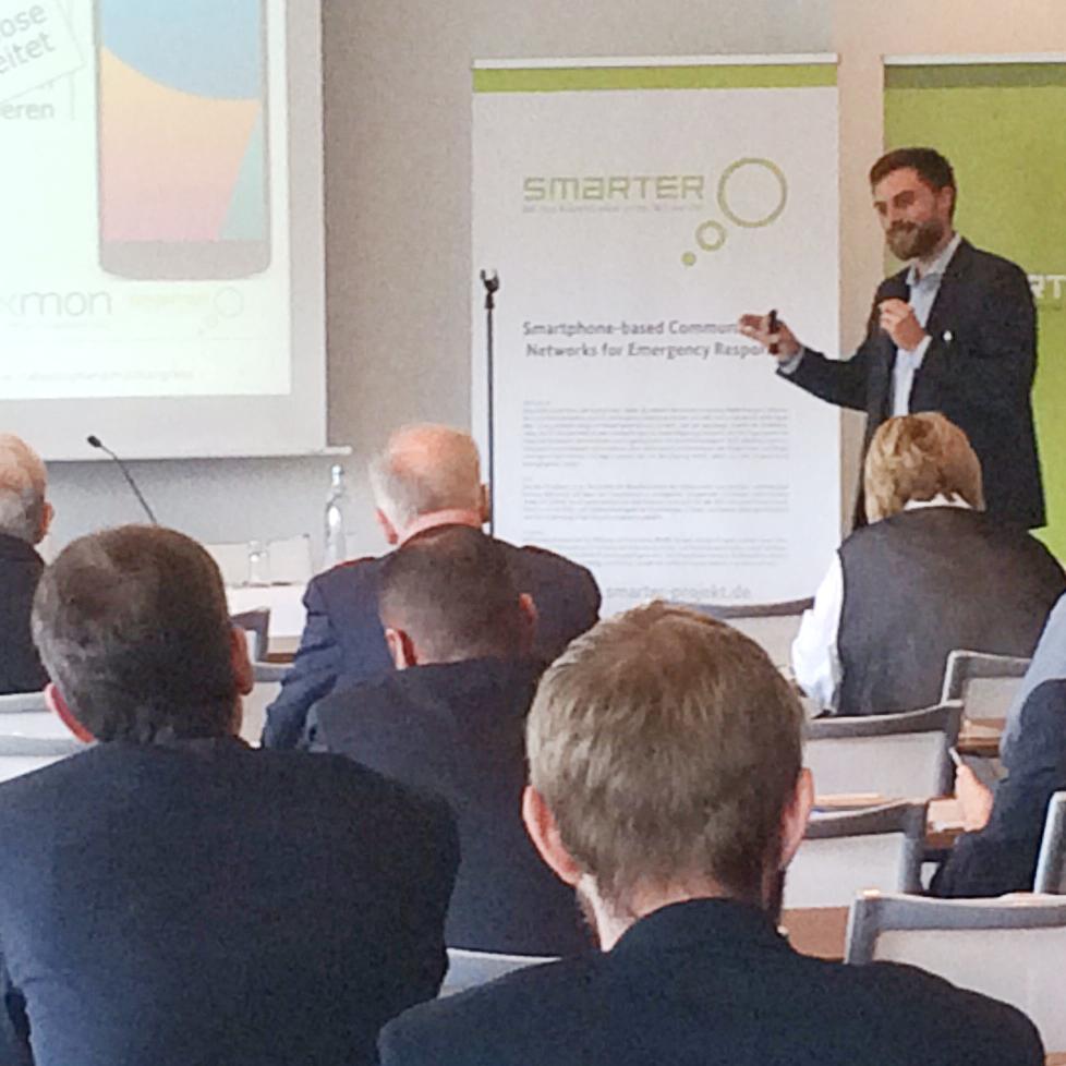 Milan Schmittner (SEEMOO) stellt smarter auf dem Katastrophenschutzkongress vor.
