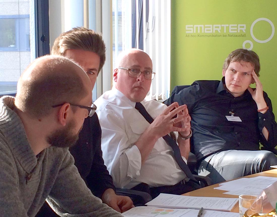 Die smarter-Projektpartner diskutieren über die geplante Feldübung.