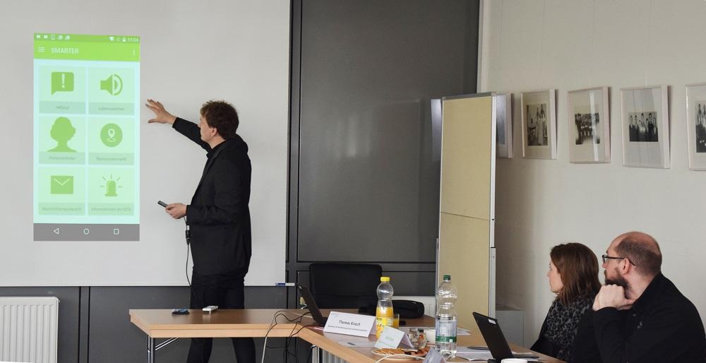 Dr. Robert Lokaiczyk von der wer denkt was GmbH zeigt erste Screenshots der smarter-App und erläutert deren Funktionalitäten.